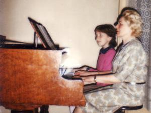 Aleksandra und ihre Großmutter am Klavier
